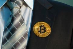Insignia de Bitcoin en la solapa Imágenes de archivo libres de regalías