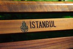 Insignia de Estambul en un banco público Foto de archivo