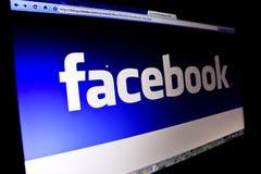 Insignia de Facebook en la pantalla de la PC fotos de archivo libres de regalías