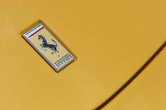 Insignia de Ferrari en el coche deportivo amarillo Imagenes de archivo
