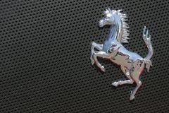 Insignia de Ferrari en el coche deportivo gris Fotografía de archivo libre de regalías