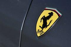 Insignia de Ferrari en el coche deportivo gris Foto de archivo