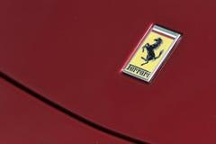 Insignia de Ferrari en el coche deportivo rojo Fotografía de archivo libre de regalías