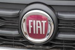 Insignia de Fiat con el logotipo en el coche fotografía de archivo