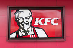 Insignia de KFC en fondo rojo Fotos de archivo libres de regalías