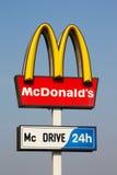 Insignia de McDonalds en fondo del cielo azul Fotos de archivo