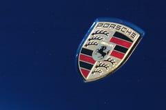 Insignia de Porsche en el coche deportivo azul Imagenes de archivo