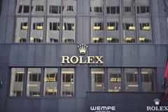 Insignia de Rolex en la pared del almacén Fotografía de archivo libre de regalías