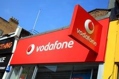 Insignia de Vodaphone que hace publicidad de la muestra Foto de archivo