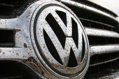 Insignia de Volkswagen en suciedad Imágenes de archivo libres de regalías