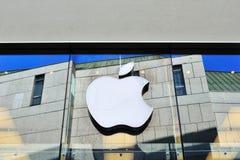 Insignia del Apple Computer en departamento de ventana Fotografía de archivo libre de regalías