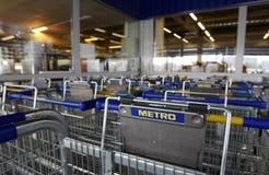 Insignia del supermercado de Cash&Carry del metro en los carros Fotografía de archivo libre de regalías
