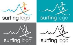 Insignia que practica surf en onda del mar Imagen de archivo