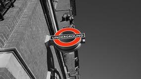 Insignia subterráneo en Londres Fotos de archivo libres de regalías