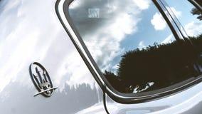 Insignias del logotipo de Maserati en la carrocería de plata metrajes