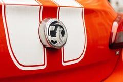 Insignias del logotipo de Vauxhall en un coche deportivo rojo en Reino Unido Fotos de archivo libres de regalías