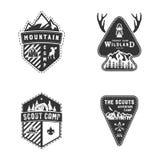 Insignias del viaje, colección del logotipo de la actividad al aire libre El explorador acampa los emblemas Diseño dibujado mano  ilustración del vector
