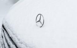 Insignias icónicas del logotipo de Mercedes-Benz cubiertas con nieve Imagen de archivo libre de regalías