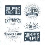 Insignias y logotipos al aire libre de la aventura, emblemas del campamento de verano del vintage Fotos de archivo