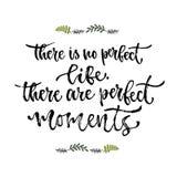 Insirational Phrase Es gibt kein perfektes Leben, dort sind perfekte Momente Handbeschriftungskalligraphie Vektorillustration für stock abbildung