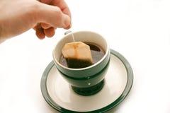 Insistencia de un bolso del té Foto de archivo libre de regalías