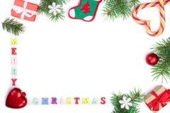 Inskrift för glad jul i ramen som göras av isolerade granfilialer på vit bakgrund med kopieringsutrymme för din text royaltyfri bild