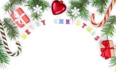 Inskrift för glad jul i ramen som göras av isolerade granfilialer på vit bakgrund med kopieringsutrymme för din text royaltyfri fotografi