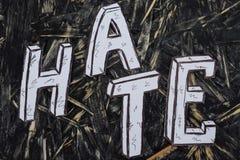 Inskrift hat, på hernombakgrund med vita bokstäver arkivbild