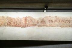 Inskrift i arkeologiskt område i Milan Duomo royaltyfria foton
