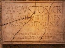 Inskrift i tempel av Augustos i Herculaneum Italien I royaltyfri bild