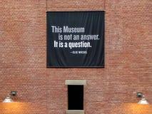 Inskrift inom av det minnes- museet för Förenta staternaförintelse, Washington DC arkivbilder