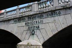 Inskrift på den trefaldiga bron, Ljubljana, Slovenien Royaltyfria Foton