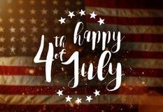 Inskrift som är lycklig 4th Juli med USA flaggan Arkivfoto