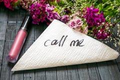 Inskriften KALLAR MIG på en vit servett som lämnas på tabellen i a Royaltyfria Bilder