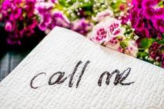 Inskriften KALLAR MIG på en vit servett som lämnas på tabellen i a Royaltyfri Bild