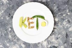 Inskriften Keto gjorde av muttrar, ägg och avokadot Ketogenic banta begreppet fotografering för bildbyråer