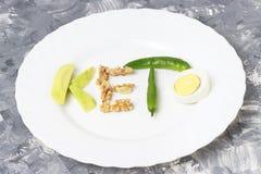 Inskriften Keto gjorde av muttrar, ägg och avokadot Ketogenic banta begreppet arkivbild