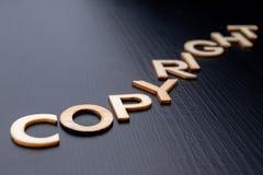 """Inskriften ordnas från bokstäver som klipps ut ur trä på tabellen Copyright för ordâ€en """" arkivfoton"""