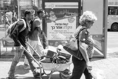 Inskriften på advertizing` nu hårt därefter ska det vara lättare `, Män bär en tung vagn Arkivfoton