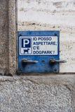 Inskriften på plattan på väggen - jag kan vänta, där är hundparkering - i Milan, Italien arkivfoton