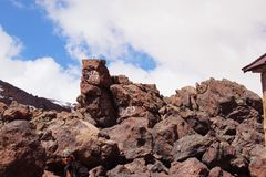 Inskriften på stenen stora liggandebergberg Himmel och sten royaltyfri bild