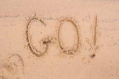 Inskrifter på sanden: gå! royaltyfri bild