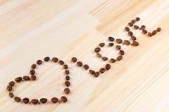 Inskriftförälskelse med kaffebönor Arkivbild