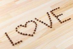 Inskriftförälskelse med kaffebönor Arkivbilder