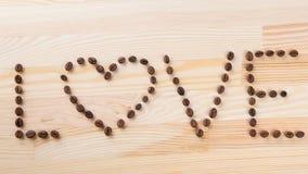 Inskriftförälskelse med kaffebönor Royaltyfria Foton