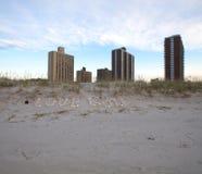 Inskriftförälskelsegud av snäckskal i sanden på kusten Royaltyfri Foto