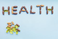 Inskrifthälsa från en uppsättning av färgrika piller arkivfoton