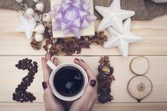 2018 inskrypcja kawowe fasole i ręki trzyma filiżankę cofee obraz royalty free