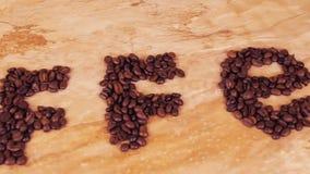 Inskrypcja kawowe fasole z białą filiżanką Na kuchennym marmuru stole tam jest inskrypcja kawa zbiory wideo