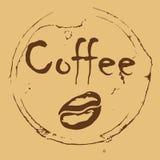 Inskrypcja kawowy i kawowa fasola w okręgu rozlewająca kawa na brown tle Obrazy Royalty Free